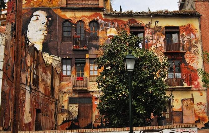 Fachada pintada El niño de las pinturas Granada