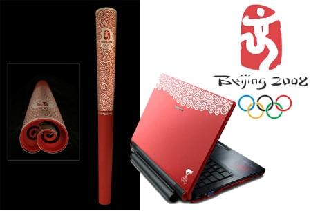 Antorcha de los juegos olímpicos de Beijing 2008 y ordenador portátil diseñados por Lenovo con motivo de los juegos.